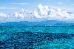 Moln över det ljusa havet royaltyfri fotografi