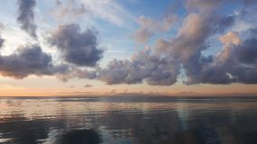 Moln över det lugna havet stock video