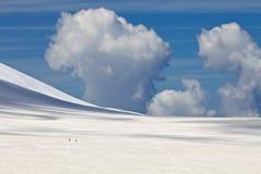 Moln över det snöig berget Royaltyfri Fotografi