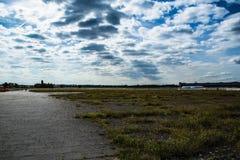 Moln över det Tempelhof flygfältet Arkivfoton