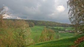 Moln över en dal och en lantgård stock video