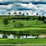 Moln ?ver en golfbana royaltyfria bilder