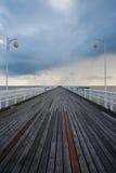 Moln över en träpir i Östersjön Royaltyfria Foton