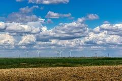 Moln över eolian turbiner Arkivbild