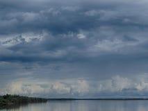 Moln över floden Lena Arkivfoto