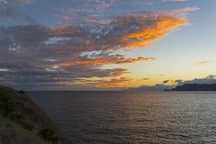 Moln över havet exponerat av inställningssolen royaltyfri bild