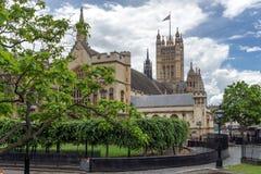 Moln över hus av parlamentet, slott av Westminster, London, England Royaltyfri Bild