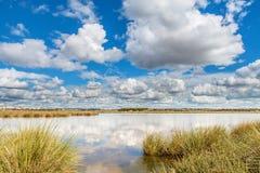 Moln över lagun arkivbilder
