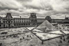 Moln över Louvre Royaltyfri Bild