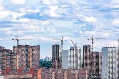 Moln över moderna byggnader Royaltyfri Foto