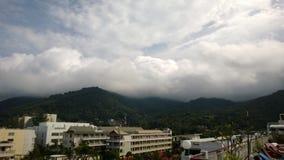 Moln över Phuket kullar Thailand Royaltyfri Fotografi