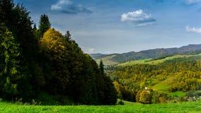 Moln över Pieniny berg arkivfilmer