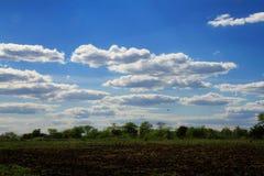 Moln över plogat fält Fotografering för Bildbyråer