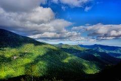 Moln över skog i berg av North Carolina Royaltyfri Foto