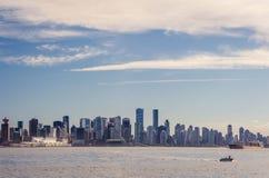 Moln över stad av Vancouver i Kanada - panoramautsikt Arkivbilder