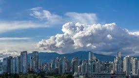 Moln över stad av Vancouver i Kanada - panoramautsikt Royaltyfri Fotografi