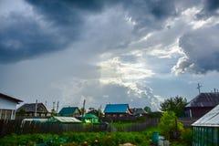 Moln över trädgårdflyget i väg från min farmor royaltyfri bild