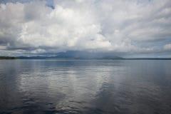 Moln över tropiska Melanesian öar royaltyfria foton