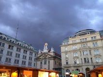 Moln över Wien statyer Royaltyfri Bild
