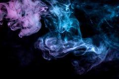 Moln av kulör rök: blått rött, grönt, rosa; bläddra på en svart bakgrund i slutet upp royaltyfri fotografi