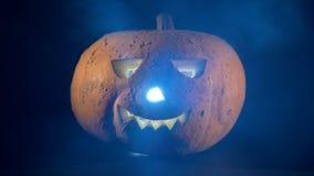 Moln av mist fördelar längs en halloween stålar-nolla-lykta stock video