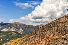Moln böljer högt ovanför bergen i Montana royaltyfri foto