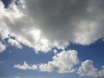 Moln backlit i blå himmel, Hawaii Arkivbild