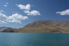 Moln berg, sjö Arkivbild