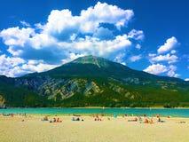 Moln, berg, sjö och stranden royaltyfri foto