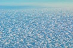 Moln beskådar från luftnivån Arkivfoto