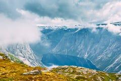 Moln, blå himmel över norska berg och sjölandskap Natur av Norge Royaltyfri Bild