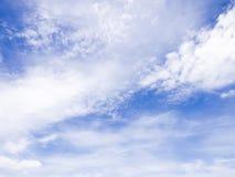 Moln & blå himmel arkivfoton