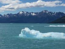 Moln blickar som rymdskepplandning, natur, is i havet, is i Royaltyfria Foton