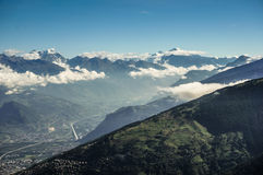 Moln bredvid berget med blå himmel Royaltyfria Foton