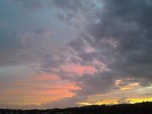 Moln färgar den röda gula himmelsolnedgångnaturen Royaltyfri Foto