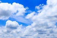 Moln för bakgrund och för vit för blå himmel för sommar i solig dag med c Arkivbilder