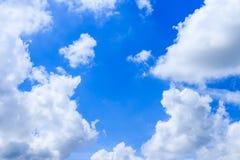 Moln för bakgrund och för vit för blå himmel för sommar i solig dag med c Arkivbild
