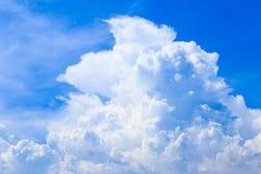 Moln för bakgrund och för vit för blå himmel för sommar i solig dag med c Arkivfoton