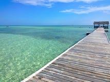 Moln för blå himmel och vitöver en tropisk pir, att sträckt ut in till kristallblåtthavet Cayo Guilermo, kuban gömma i handflatan Arkivbilder