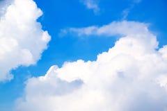 Moln för blå himmel och vit171116 0119 Arkivbilder