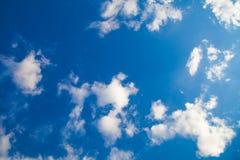 Moln för blå himmel och vitbeskådar upp Arkivbild