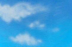 Moln för blå himmel och vitmålade på väggen Arkivfoton