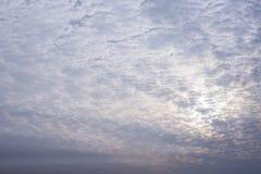 Moln för blå himmel som och vitskiner i guld- sol för afton, tänder Royaltyfria Bilder