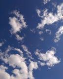 Moln för djupblå himmel och vit royaltyfri bild