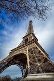 Moln för Eiffeltorn och för bortgång för sikt för låg vinkel, Paris, Frankrike Arkivbild