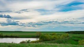 Moln för landskap för den Tid schackningsperioden över den härliga sikten för sjön av naturen för tidvatten för sommar för vatten lager videofilmer
