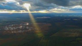 Moln för regn för mäktig flyg- surrhelikopterflygparad vitt fluffigt i stråle för ljust solsken på stor modern stadscityscape stock video