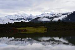 Moln för sjö för Tibet snöberg sakralt arkivfoto