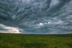 Moln för storm för Tid schackningsperiod som flyttar sig över fältet Arkivbilder