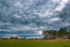 Moln för storm för Tid schackningsperiod som flyttar sig över fältet Royaltyfria Bilder